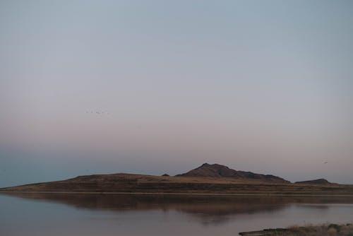 反映在平靜的湖面的島嶼
