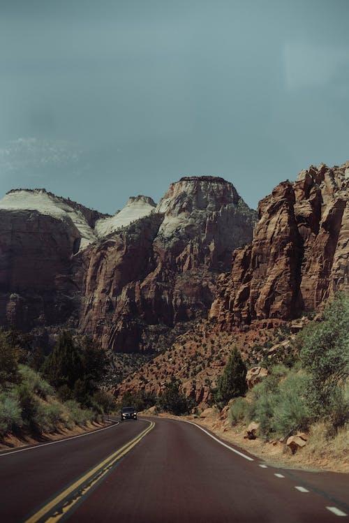 Gratis lagerfoto af asfalt, bil, bjerg, blå himmel