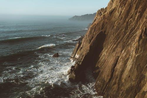 Vách đá Gồ Ghề Bị Nước Bọt đại Dương Rửa Sạch