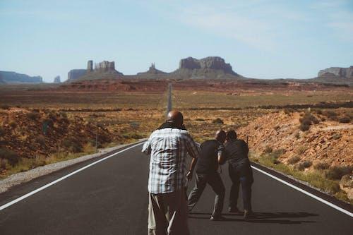 Fotobanka sbezplatnými fotkami na tému Afroameričania, anonymný, asfalt, autostráda