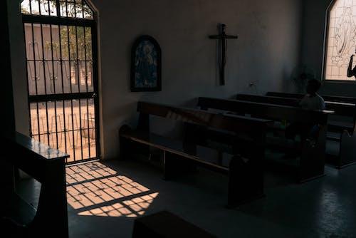 Interior Gereja Tua Dengan Bangku