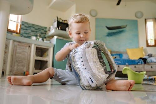 Darmowe zdjęcie z galerii z brzdąc, dziecko, granie