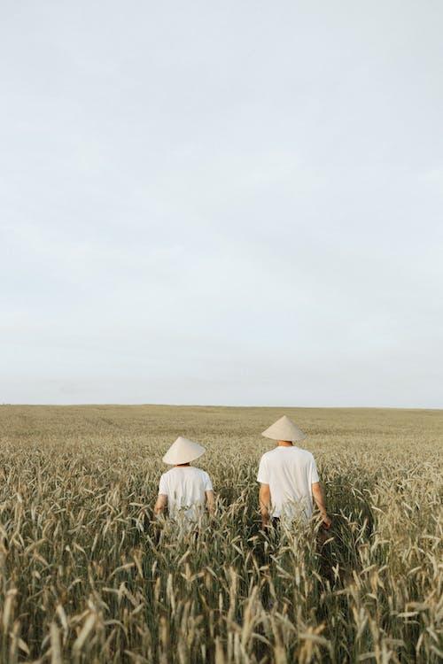 Безкоштовне стокове фото на тему «вертикальний, люди, пасовище»