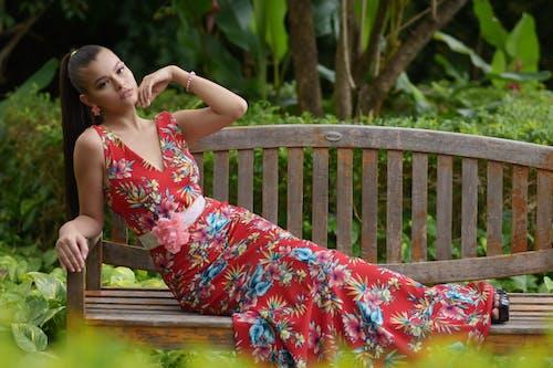 Darmowe zdjęcie z galerii z kwiaty, ławka, moda, park