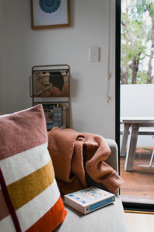 Kostenloses Stock Foto zu buch, couch, dekor