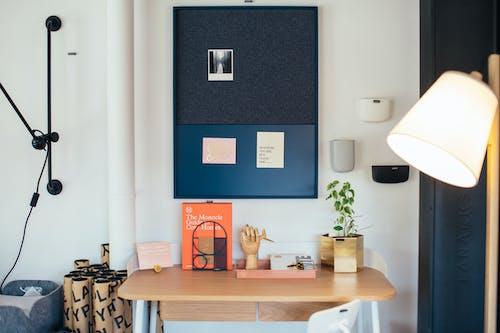 Foto profissional grátis de abajur, ambiente de trabalho, apartamento