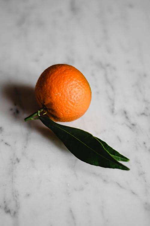 白い表面にオレンジ色の果実