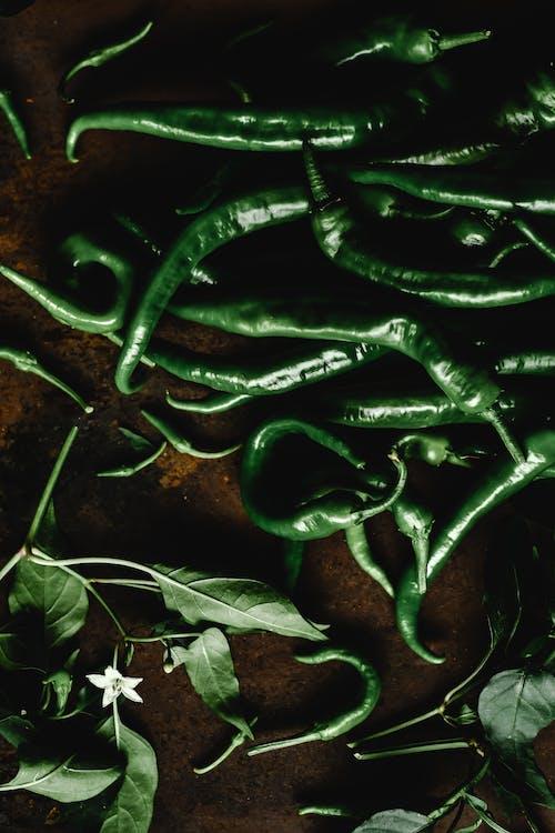 Foglie Verdi Sulla Superficie In Legno Marrone