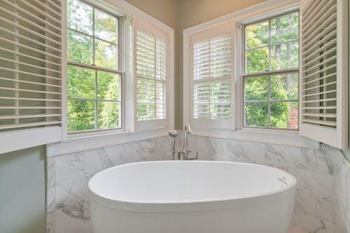 Kostenloses Stock Foto zu architektur, badewanne, badezimmer, börsenparkett