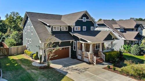 Kostenloses Stock Foto zu architektur, auffahrt, bungalow, dach