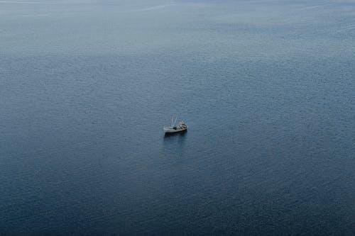 Barco Branco No Mar Azul