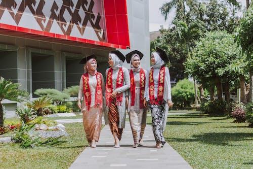 Gratis stockfoto met academische graad, academische jurk, afgestudeerden