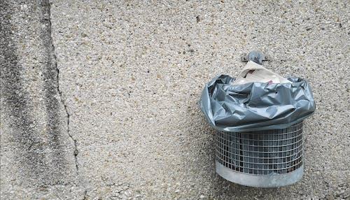 Kostenloses Stock Foto zu apfall, apfalleimer, blauer sack, mauer