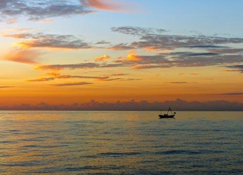 Immagine gratuita di acqua, alba, barca