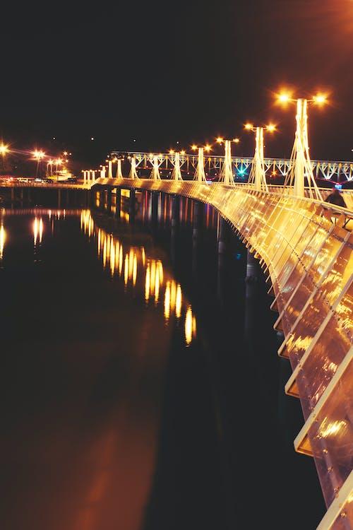 Foto d'estoc gratuïta de aigua, arquitectura, carretera, ciutat