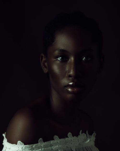 Gratis stockfoto met Afrikaanse vrouw, bedachtzaam, bloot, blote schouders