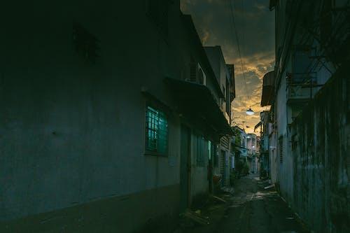 Безкоштовне стокове фото на тему «алея, вікно, моторошний, провулку»