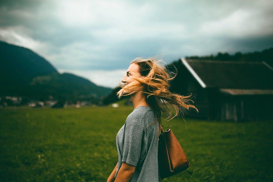 cô gái cười tươi giữa đồng cỏ thảo nguyên