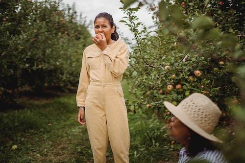 Gratis stockfoto met Amerikaans-Spaanse vrouw, appel, apple, beet