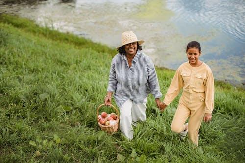 微笑民族園丁帶著女兒在草山上行走