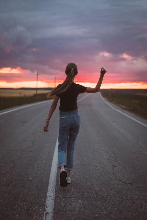 Adolescent Maigre Marchant Sur La Route Du Coucher Du Soleil