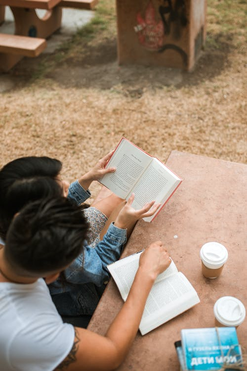 Mann Im Weißen Hemd, Das Buch Liest