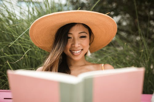 Immagine gratuita di adulto, amante dei libri, booklovers, cappello da sole