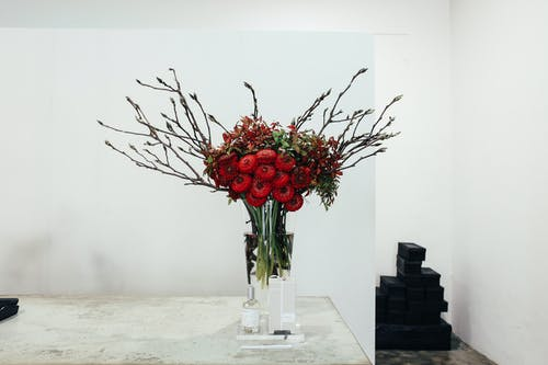 Red Rose Bouquet in Clear Glass Vase