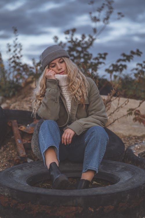 Fotobanka sbezplatnými fotkami na tému blondie, bunda, buš, chladný