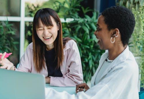 Positive Multiethnische Freundinnen Sprechen Und Lachen Im Freien