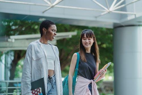 Lächelnde Beste Multiethnische Freunde, Die Sich Auf Der Terrasse Unterhalten