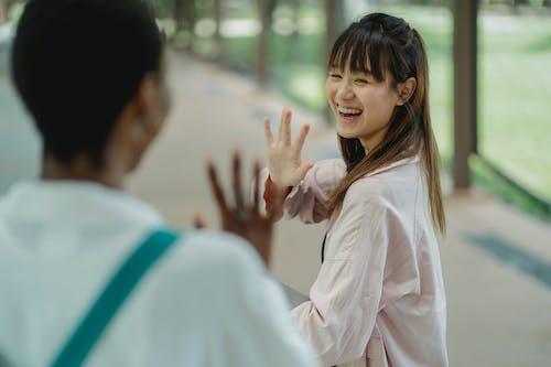 Glückliche Asiatische Frau, Die Ernte Schwarze Freundin Auf Straße Begrüßt