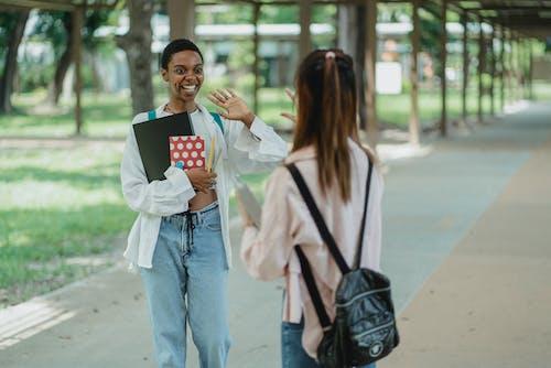 Glückliche Schwarze Studentin, Die Anonymen Besten Freund Auf Pflaster Grüßt