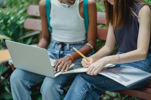Estudiantes Diversos Sin Rostro De Cultivo Trabajando En Una Asignación En El Parque