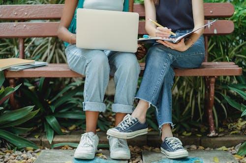 Zwei Frauen, Die Zusammen Studieren