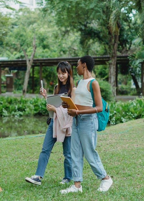 Multiraciale Vriendinnen Met Map En Notebook Een Wandeling In Het Park