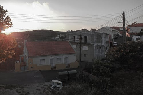 Immagine gratuita di alberi, case, montagna, tramonto