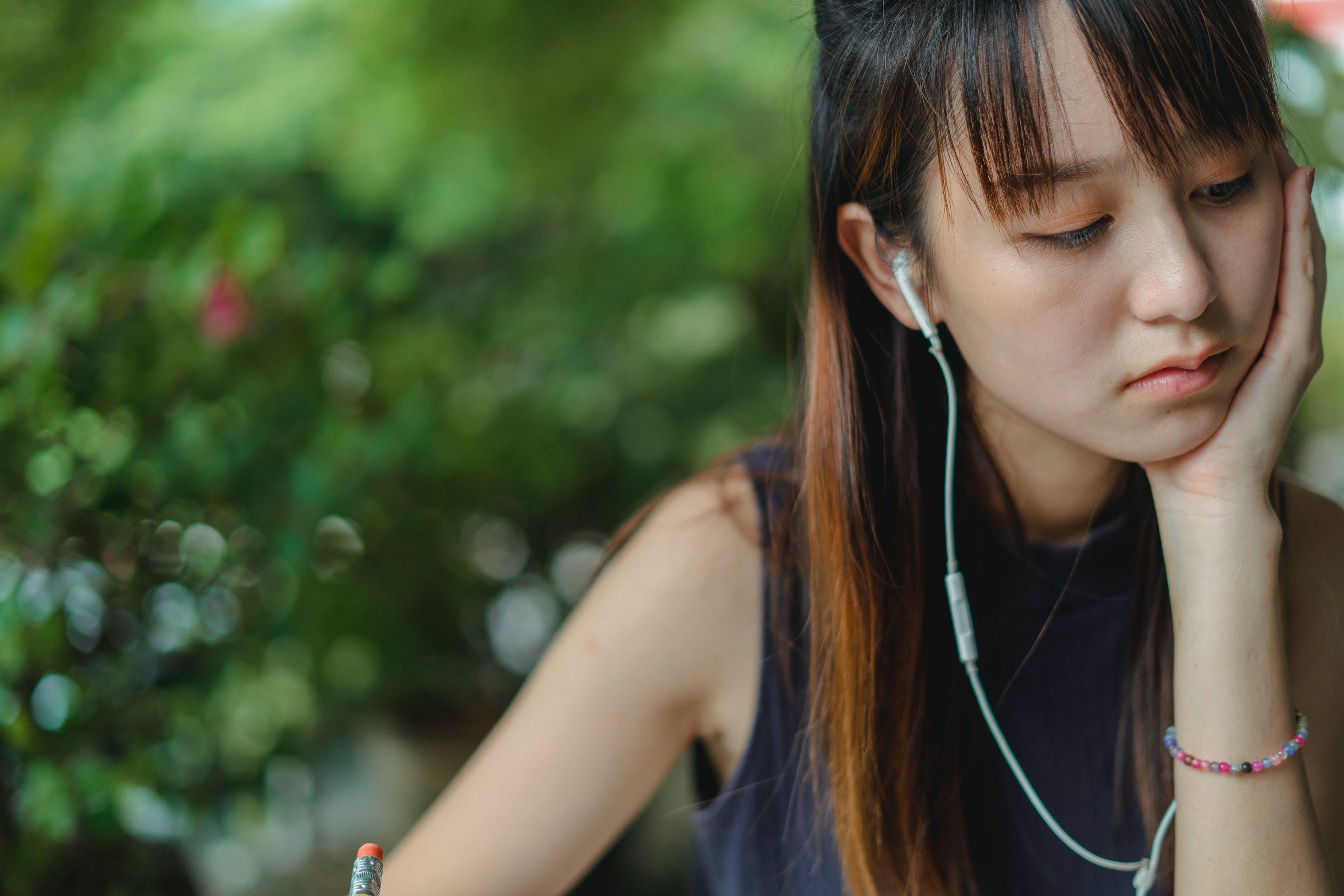 Bạn có thể bắt đầu với những bài hát tiếng Anh dễ nghe hoặc các đoạn giao tiếp đơn giản cho người mới bắt đầu.