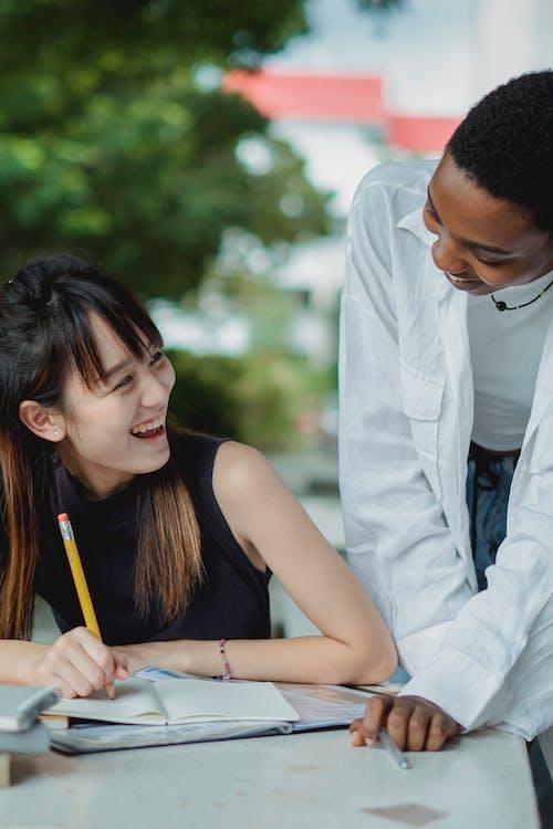 Çok ırklı Bayan Arkadaşlar Dışarıda Sınava Hazırlanıyor