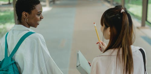 Mahasiswa Multietnis Mendiskusikan Pekerjaan Rumah Di Kampus