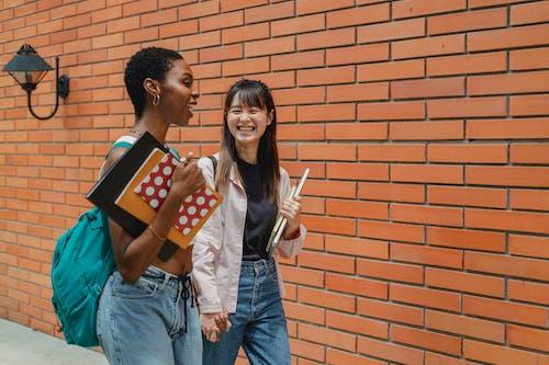 Siswa Multiras Muda Yang Positif Berbicara Setelah Pelajaran