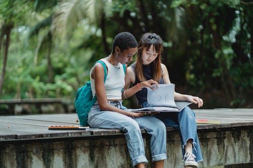 Parkta Birlikte Okuyan Genç, Farklı öğrenciler