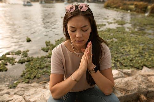 Femme Stressée Assise Les Yeux Fermés Sur La Rive Du Lac