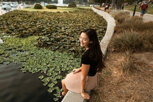 Lachende Vrouw Zit In Een Park