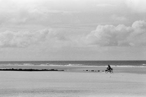 Foto profissional grátis de à beira-mar, ação, andar de bicicleta