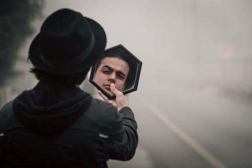 거울, 경찰, 남자, 담배를 피우다의 무료 스톡 사진