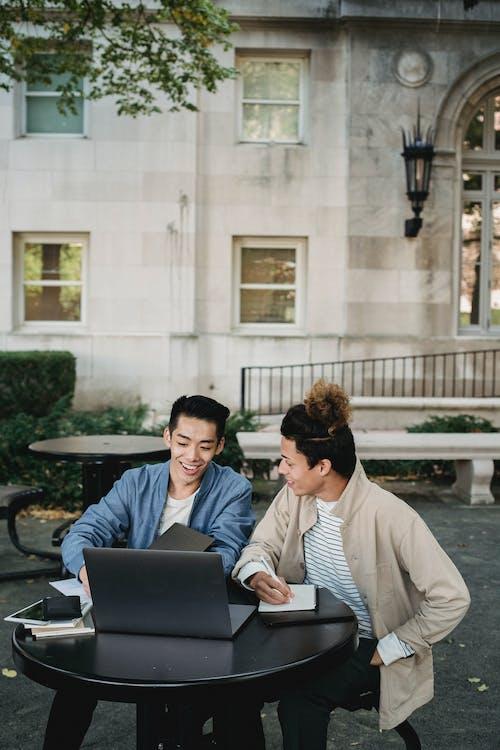 Männer, Die Einen Laptop Betrachten