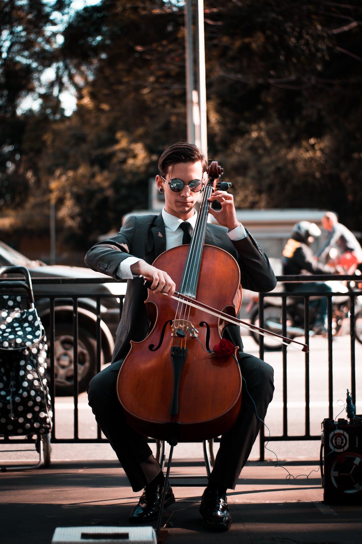 거리 공연가, 거리 음악가, 격식 있는 코트, 공연의 무료 스톡 사진