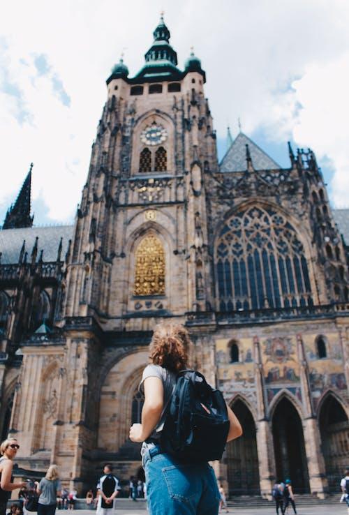 Δωρεάν στοκ φωτογραφιών με backpacker, αρχιτεκτονική, δρόμος, εκκλησία