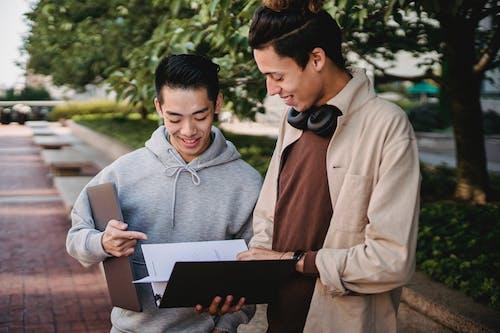 Fotobanka sbezplatnými fotkami na tému akademický, Ázijčan, čítať